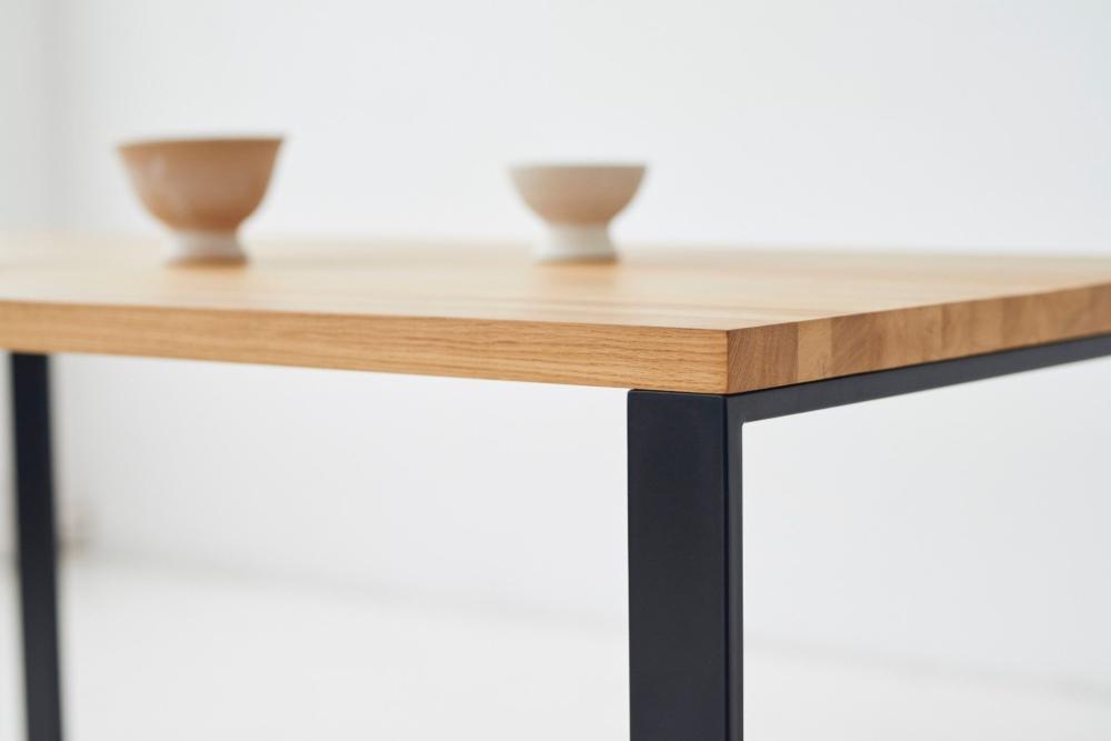 Stół do jadalni na stalowej czarnej ramie z drewnianym jasnym blatem