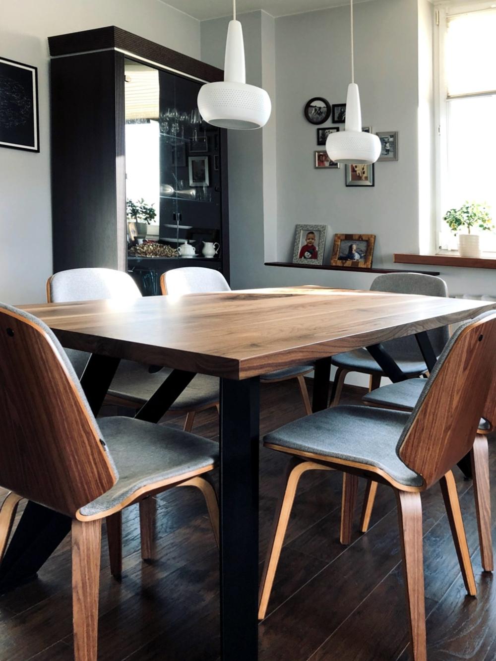 nowoczesny stół z orzecha amerykańskiego